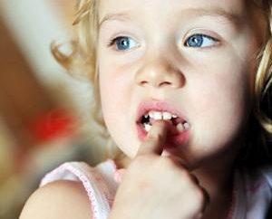 A criança morde suas unhas: como desmamar um bebê de maus hábitos?