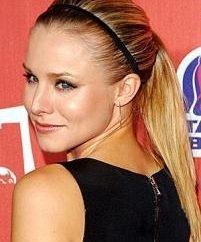 Obręcz z gumką: fryzura, aby utworzyć żeńską postać, godna uwagi