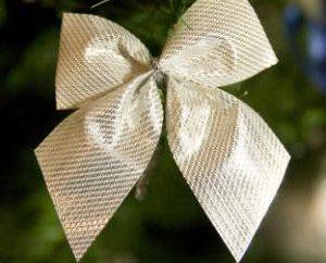 Como fazer os arcos na árvore de Natal com as mãos