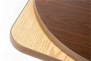 Table faite de panneaux de particules – pas cher et pratique
