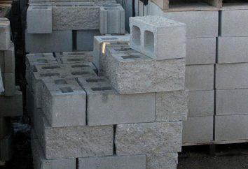 Mauersteine mit ihren Händen: ein Werkzeug, ein Lösungsgemisch