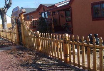 Establecer la valla de madera en la casa de campo