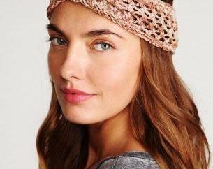 vendaje de moda en la cabeza con las manos