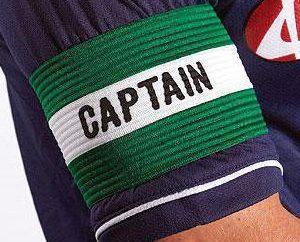 el brazalete de capitán en el fútbol