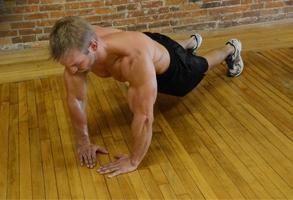 Fechar aderência flexões – uma maneira eficaz de tríceps de bombeamento e outros músculos. alternativa