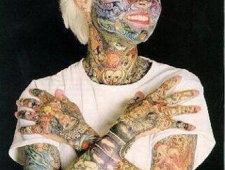 Julia Gnuse: captive de tatouage