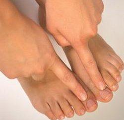 Los síntomas de hongos en las uñas de los pies, y las características de la variedad