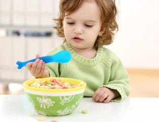 Como ensinar seu filho a se alimentar com uma colher? Primeiro colher para o bebê