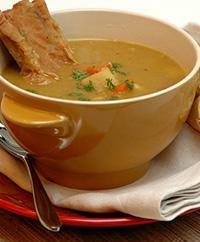 Wie Erbsensuppe mit geräuchertem Rippen, Fleisch oder Wurst kochen