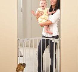 Proteger as crianças contra as escadas com suas mãos