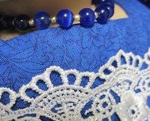 Was ist geeignet Schmuck zum blauen Kleid?