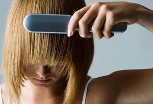 Como e por que o cabelo cai sobre suas mulheres cabeça