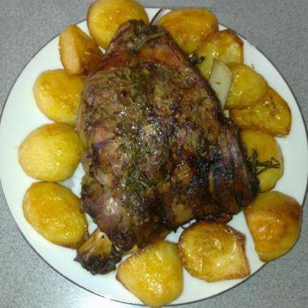 Wie wird die Vorbereitung Lamm mit Kartoffeln in einem Kessel