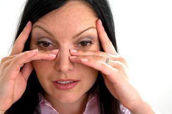 Cómo usar solución salina para limpiar la nariz en el hogar