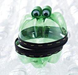 Come fare una rana di bottiglie di plastica in vari modi?
