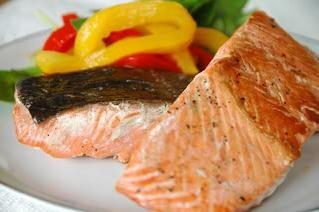 Lo delicioso salmón al horno en el horno