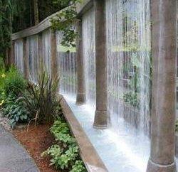 Caídas de agua sobre el vidrio en el hogar