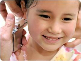 Parlons du bébé de perçage des oreilles