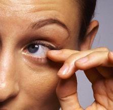 Dlaczego lewe oko drgnie: najbardziej prawdopodobne przyczyny