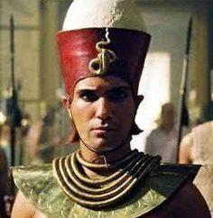 Który symbolizuje podwójną koronę egipskich faraonów? atrybuty władzy