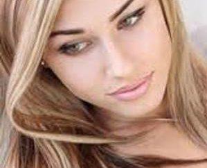 Podkreślając włosy ciemnobrązowe włosy. Jasnobrązowe pasemka na ciemnych włosach