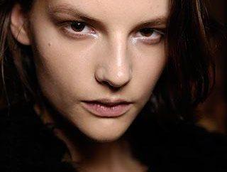 Głęboko osadzone oczy są korygowane prawo makijażu