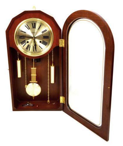 Orologio da parete con un pendolo in una cassa di legno for Orologi a pendolo da muro