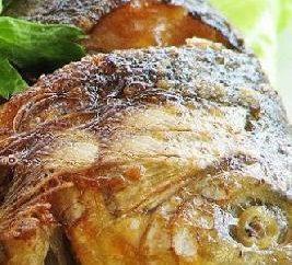 carpa sabrosa en crema agria en el horno