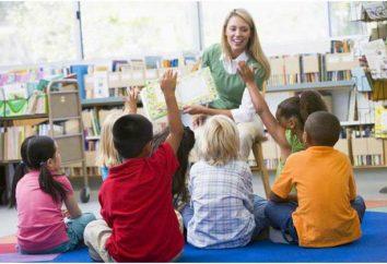educadora de regalo original con las manos en el cumpleaños del niño, un día del trabajador de preescolar, en una graduación de la guardería (foto)