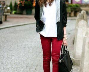 Od co się ubrać czerwone dżinsy? Uczymy!