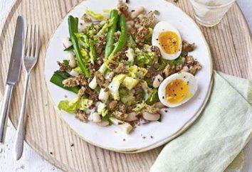 Przygotowuje sałatkę z grzankami i fasoli: wegetarianka receptury i mięsa