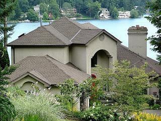 Nós reparamos o telhado de uma casa particular com nossas próprias mãos