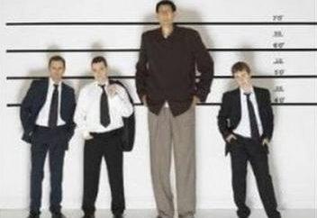 Un uomo di altezza media. Quello che gli uomini considerati crescita media?