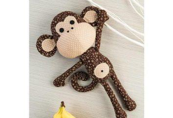 scimmia giocattolo morbido con le sue mani