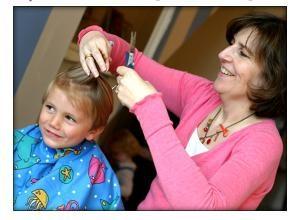 Penteado bonito das crianças de baile no jardim de infância
