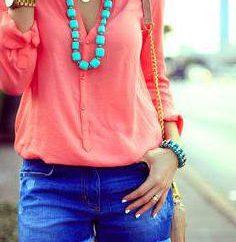Od co się ubrać koralową bluzkę? Połączenie odzieży koralowej barwie