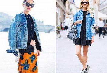 Veste en jean avec une robe et chaussures de sport