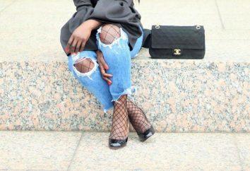 Schwarze Strumpfhose unter Jeans. Strumpfhosen in einem Raster unter zerrissenen Jeans. Interessante Ideen für die Erstellung eines Bildes