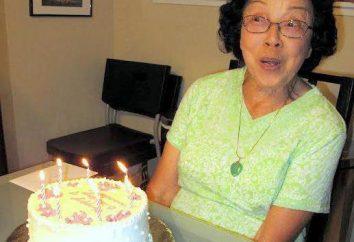 Paix saluant de sa petite-fille de la grand-mère à la date anniversaire