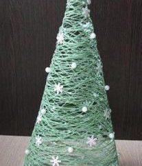 Wie ein Weihnachtsbaum mit seinen Händen aus Thread machen