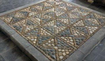 Mosaico feito de pedra de mãos dadas