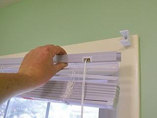 Comment accrocher les stores sur la fenêtre en plastique? processus par étapes