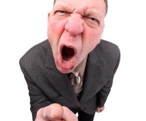 Jak reagować na chamstwo pracowników i przełożonych