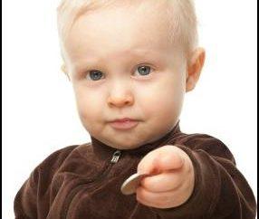 Das Kind verschluckt eine Münze. Was zu tun ist? Ob es gefährlich?