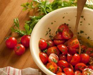 tomates cerises dans leur propre jus – non seulement délicieux, mais aussi utile