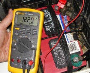 tension de la batterie normale du véhicule. Tension batterie chargée de voiture