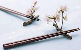 Jak utrzymać japońskie pałeczki: nigdy nie jest za późno na naukę!