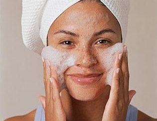 Nettoyage du visage. la revue