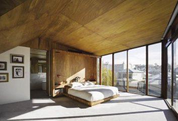 Teto decorativo em madeira. O desenho do teto de madeira