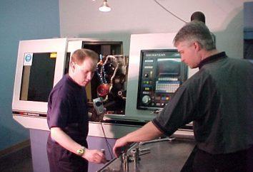 Serviceman et exploitant des machines-outils à commande numérique. travailler en particulier